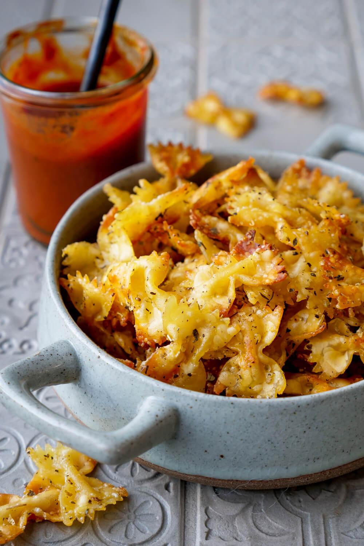 Pastachips Rezept mit Parmesan und Kräutern aus dem Ofen