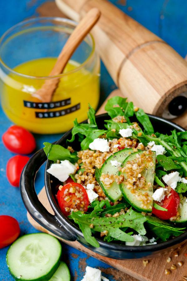 Salat mit Weizen, Rucola, Tomaten, Gurke, Feta und Zitronendressing