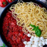 Spaghetti mit Tomatensauce und Mozzarella in der Pfanne