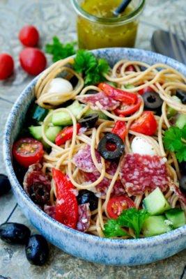 Spaghettisalat mit Salami, Oliven, Gurke, Mozzarella und Tomaten