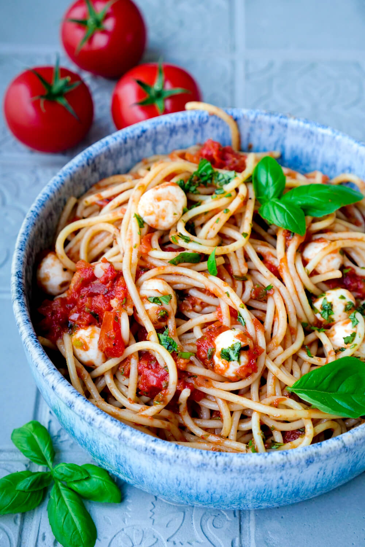 Rezept für eine einfache Tomaten-Mozzarella-Sauce mit frischem Basilikum und Spaghetti