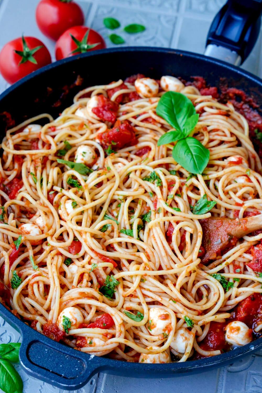 Tomatensauce mit Spaghetti und Mozzarella in der Pfanne
