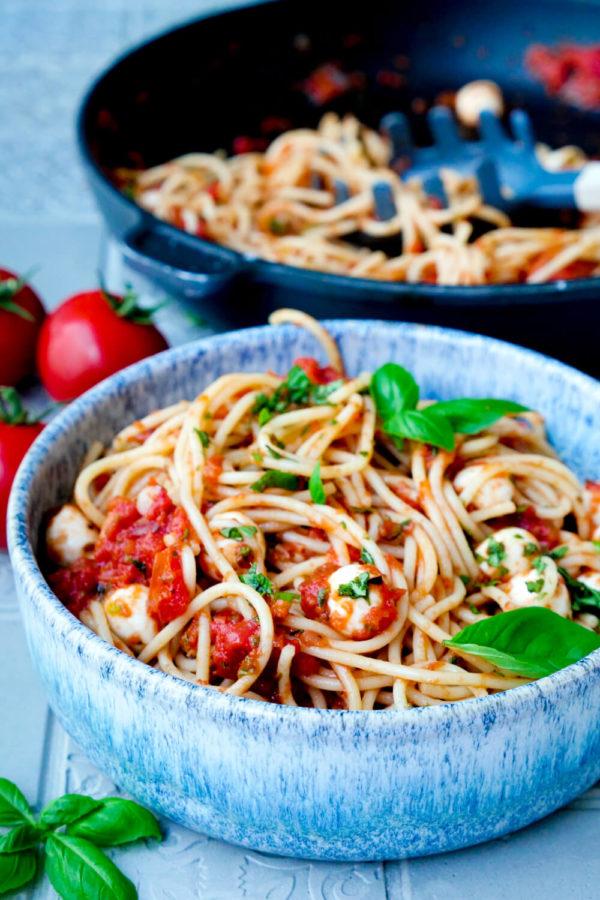 Tomatensauce, Mozzarella und Basilikum zu Spaghetti