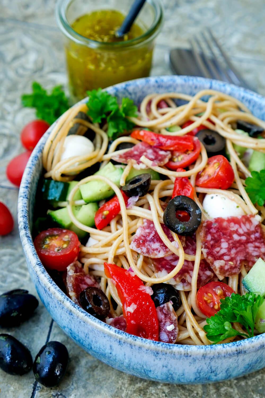 Weltbester Spaghettisalat mit Oliven, Salami und italienischem Dressing
