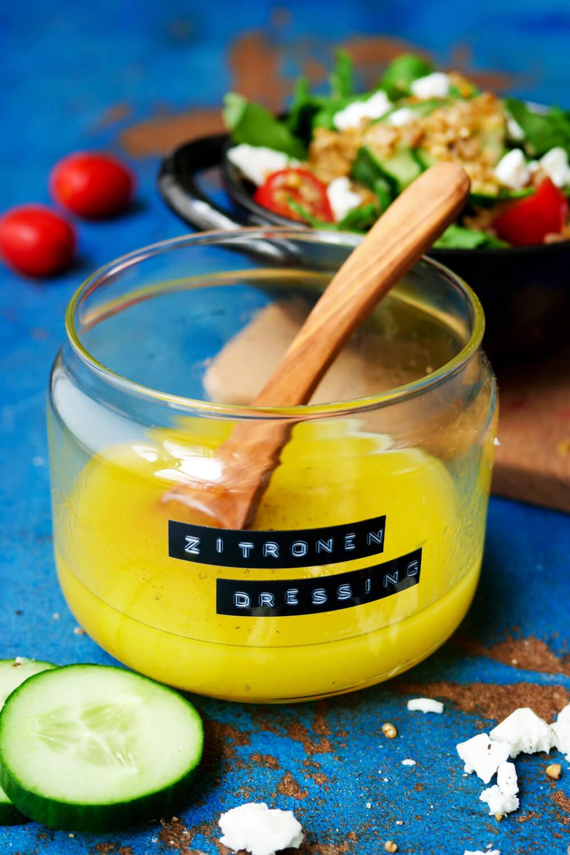 Zitronen-Dressing im Glas mit Beschriftung