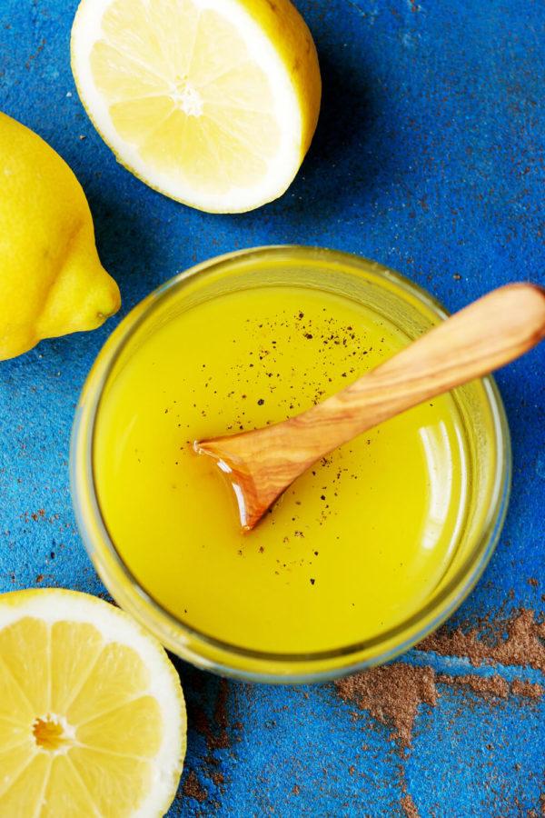Zitronen-Salatdressing mit Zitronensaft, Olivenöl, Essig und Honig