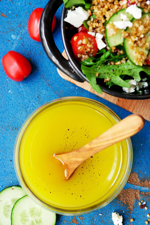 Zitronendressing aus Olivenöl, Zitronensaft, Essig und Honig