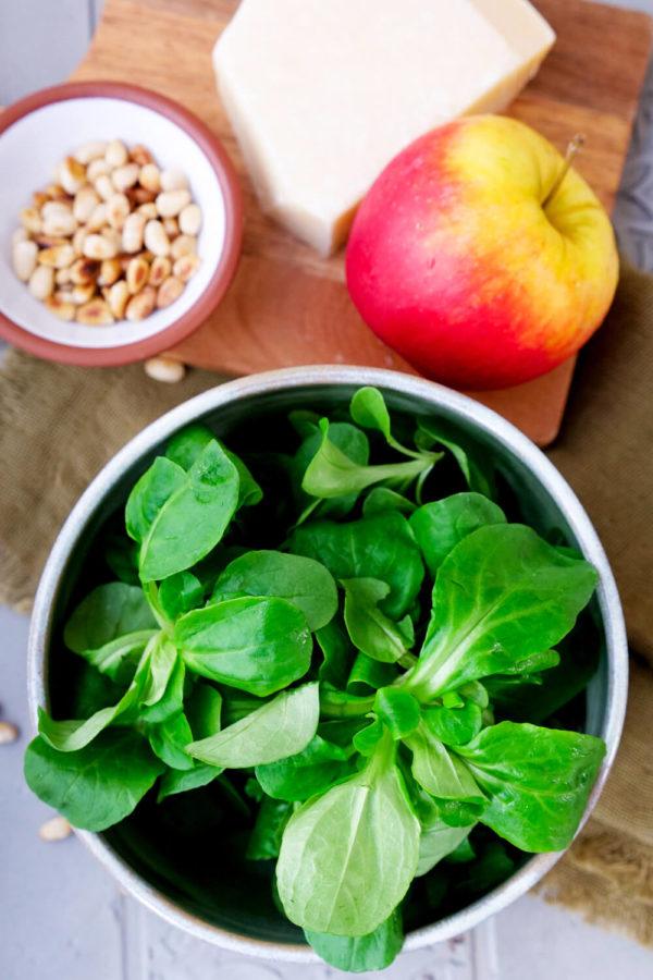 Feldsalat, Apfel, Pinienkerne und Parmesan