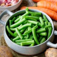 Speck, Möhren, Bohnen und Kartoffeln sind die Zutaten für Bohneneintopf