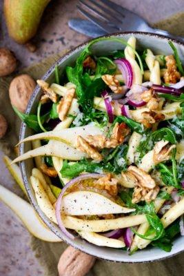 Einfacher Nudelsalat mit Walnüssen, Birne, Rucola und Zwiebeln