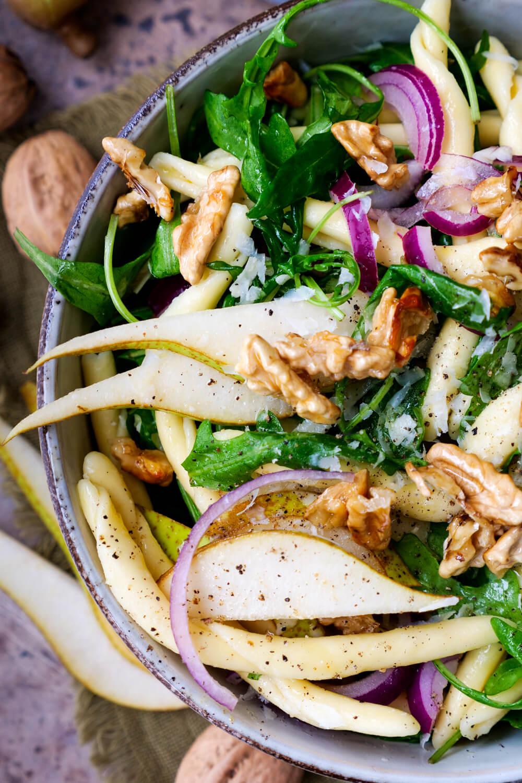 Vegetarischer Nudelsalat mit Rucola, Birne und Walnüssen