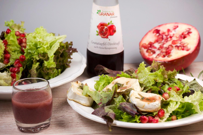 gemischten Salat mit gebackenem Honig-Ziegenkäse, Granatapfelkernen und Granatapfel-Dressing