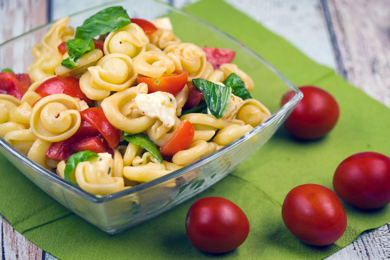 Rezept - Nudelsalat Caprese mit Tomaten, Mozzarella und Basilikum
