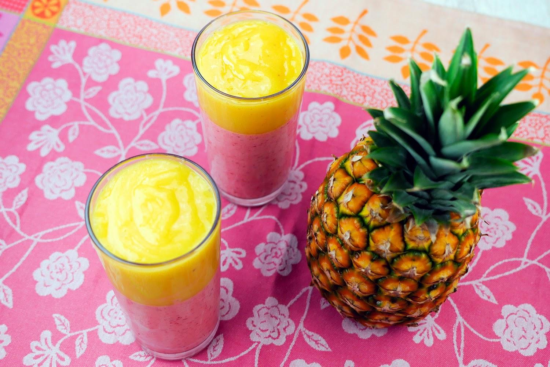Zweifarbiger Erdbeer-Mango-Bananen-Smoothie mit Kokosmilch